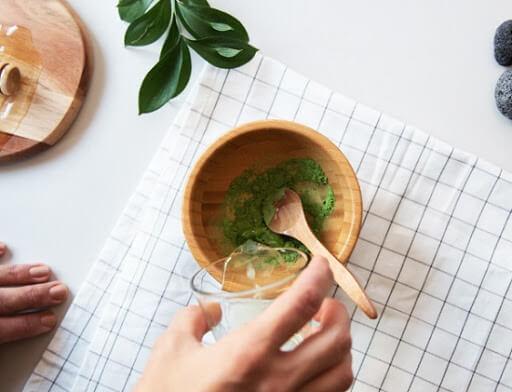 Trị mụn bằng bột trà xanh nguyên chất pha với nước ấm
