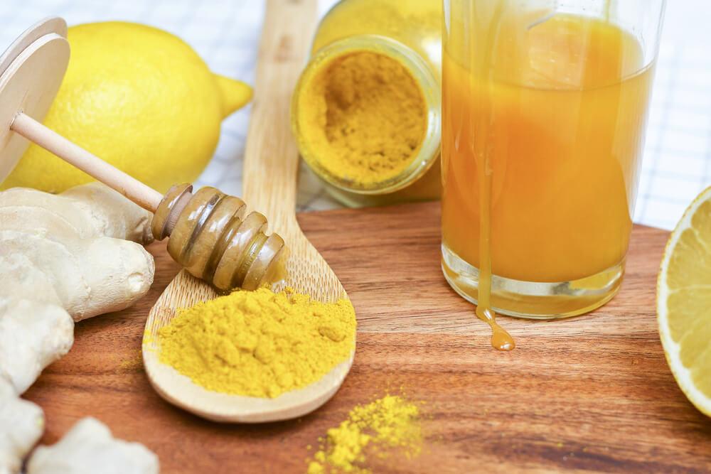 Tinh bột nghệ kết hợp với mật ong và nước cốt chanh