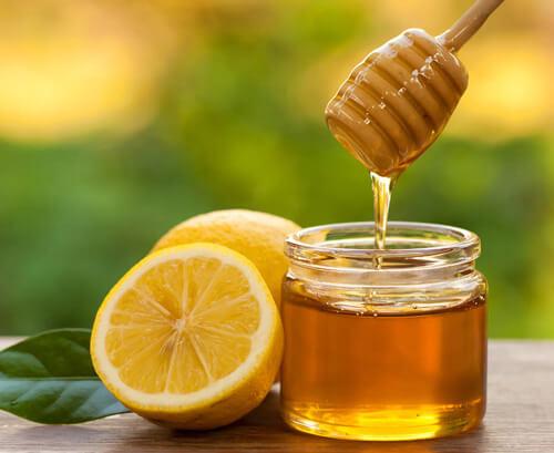 Trị mụn đầu đen với công thức mật ong cộng nước cốt chanh
