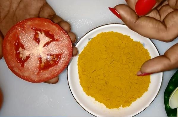 Cà chua kết hợp tinh nghệ vàng là thần dược cho da mụn
