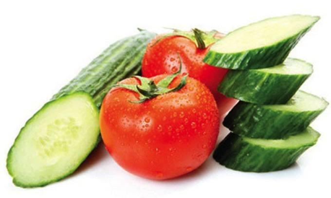 Cà chua kết hợp với dưa leo vừa giúp trị mụn vừa trắng da