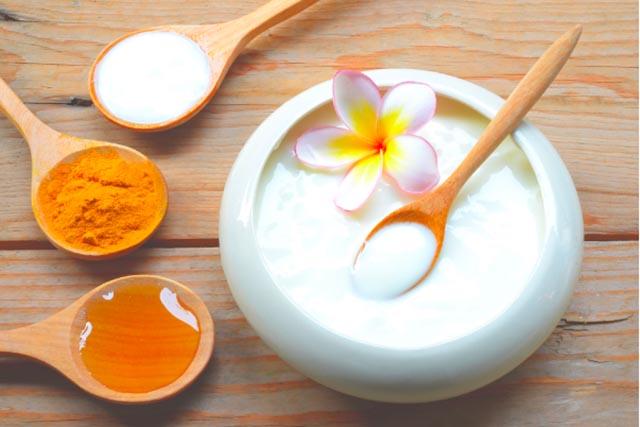 trị mụn bằng bột nghệ và sữa tươi