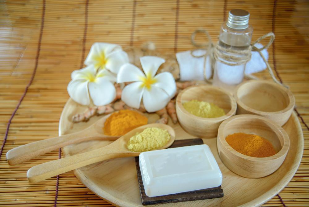 Tinh nghệ vàng hòa cùng sữa chua và dầu dừa giúp da được dưỡng ẩm