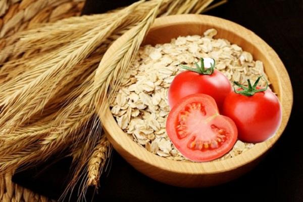Trị mụn bằng cà chua và bột yến mạch