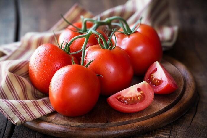 Trong cà chua có nhiều hoạt chất giúp loại bỏ mụn đầu đen trên da